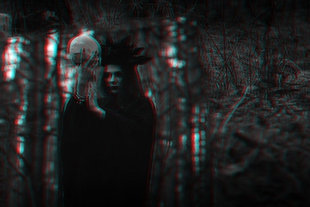 Reflexo no espelho de uma bruxa malvada e assustadora com o crânio de um homem morto realizando rituais ocultos místicos. preto e branco com efeito de realidade virtual de falha 3d