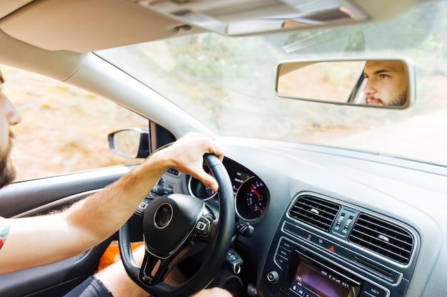 Reflexo no espelho do homem atrás da roda