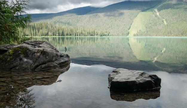 Reflexo no lago alpino intocado