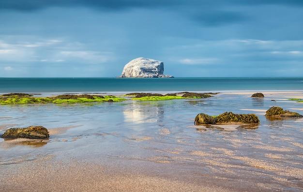 Reflexões de rain and bass rock na água. bass rock. north berwick. escócia. mar do norte