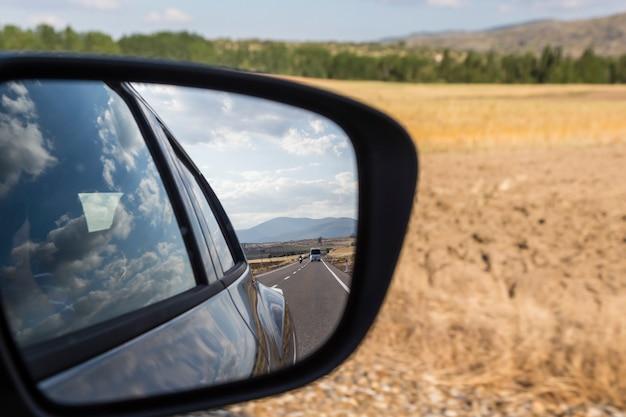 Reflexões no espelho de um carro