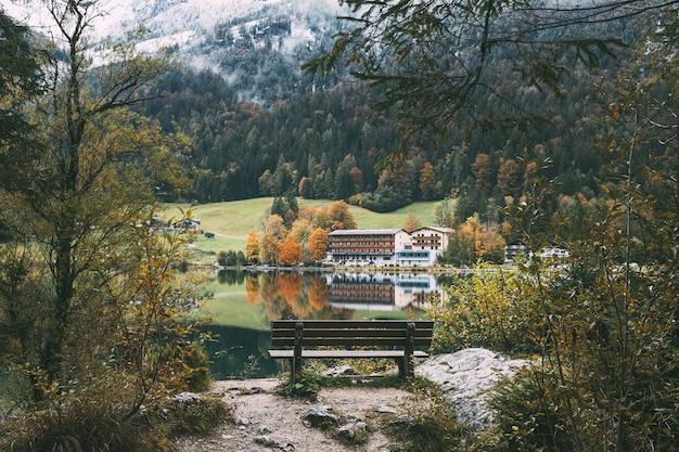 Reflexos e cores do outono no lago hintersee, no sul da alemanha
