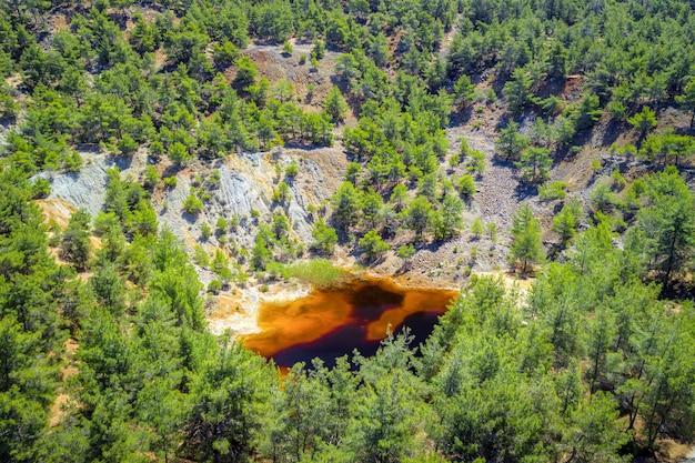 Reflorestamento de uma antiga área de mina de cobre perto de kinousa, chipre