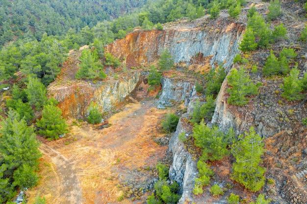 Reflorestamento e restauração do terreno da antiga área de mineração de cobre nas montanhas troodos, chipre