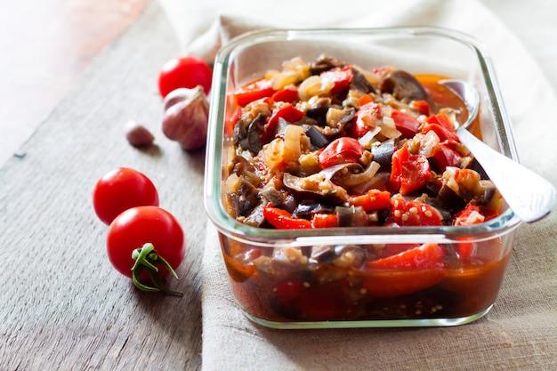 Refogue legumes com berinjela, pimentão vermelho e tomate