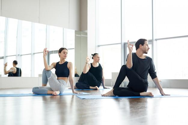 Reforçar o núcleo da coluna vertebral na prática de yoga