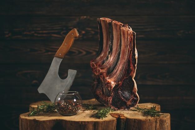 Reforço cru envelhecido seco da carne. bife.