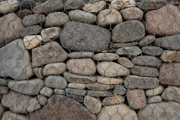 Reforço de pedras que se fixam na rede de sorveira.