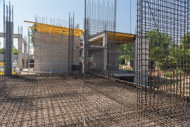 Reforço e moldes para despejar concreto no canteiro de obras
