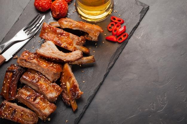 Reforços de carne de porco grelhados no molho de assado.