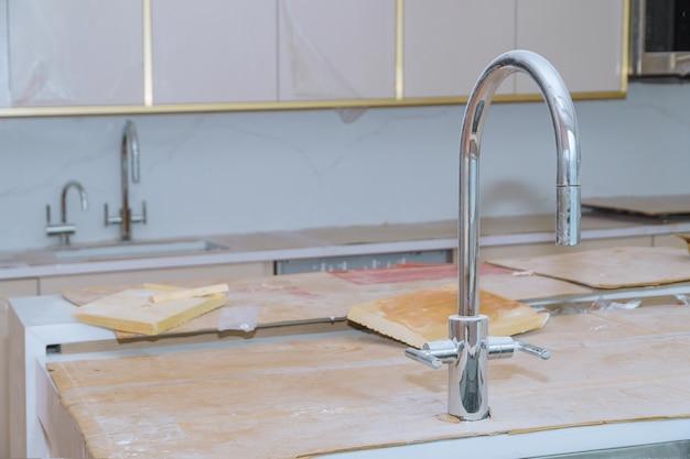 Reforma da casa instalada em um novo armário, bancadas de cozinha e pia