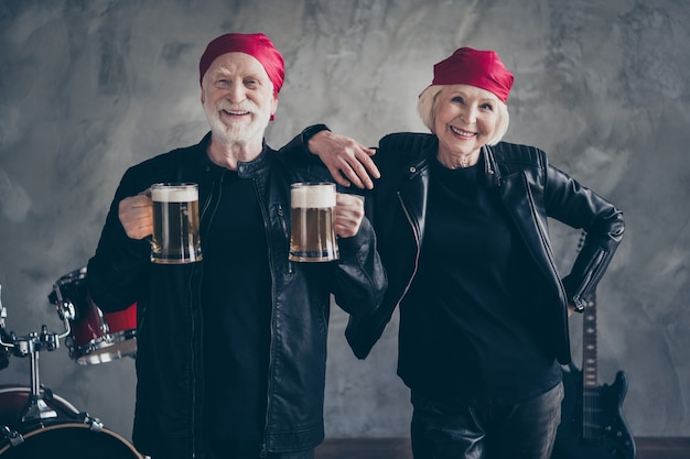 Reformados duas pessoas amigos senhora homem grupo de rock beber cerveja