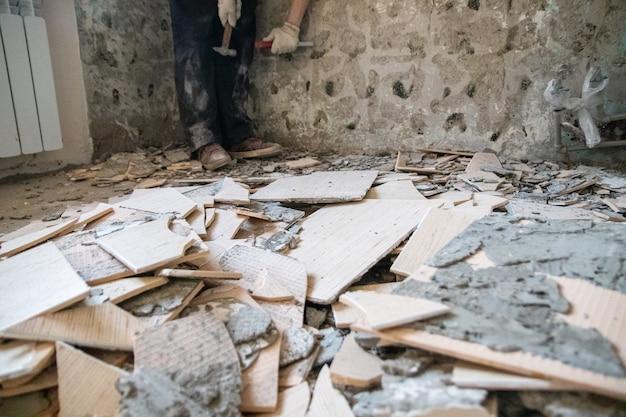 Reformas e reparos domésticos - remoção de azulejos antigos das paredes.