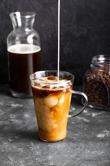 Refrescante café com leite pronto para ser servido