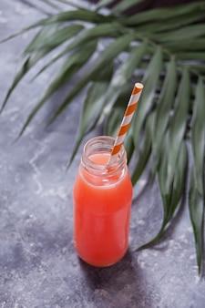 Refrescante cocktail tropical de verão em uma garrafa