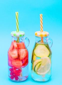 Refrescantes cocktails caseiros de verão em frascos