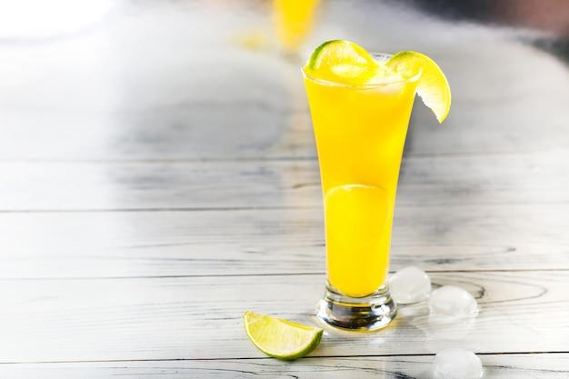 Refrescantes cocktails de verão feitos de frutas cítricas e manga na mesa com espaço de cópia.