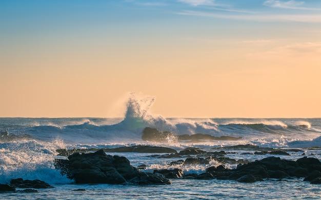 Refrescantes ondas do mar na praia homigot, pohang, coréia do sul.