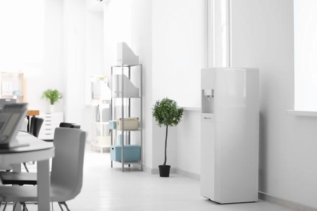 Refrigerador de água moderno no escritório