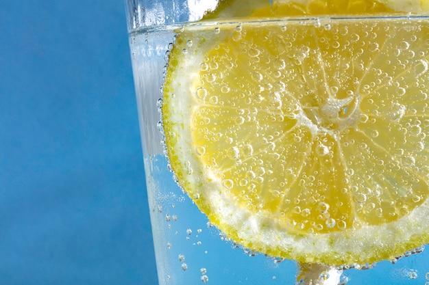 Refrigerante com fatia de limão