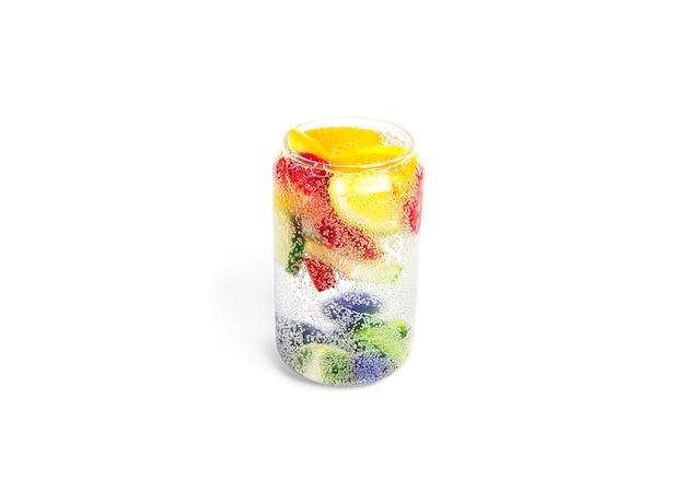 Refrigerante com pedaços de frutas isolados coquetéis de frutas refrigerante com frutas