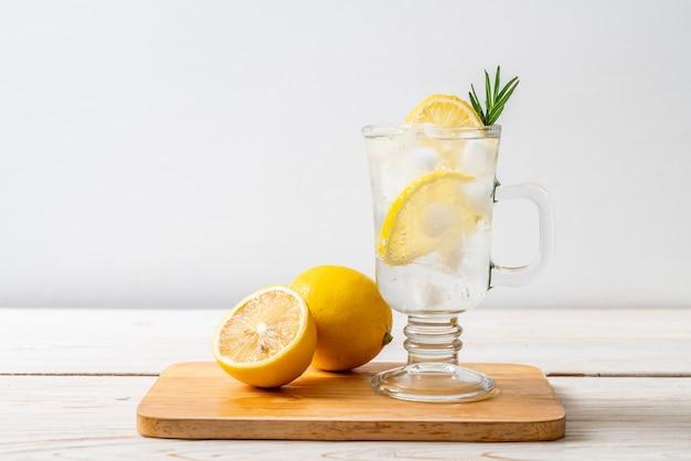 Refrigerante de limonada com gelo