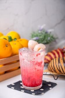Refrigerante italiano de framboesa lichia pronto para servir para uso refrescante em um café decorado