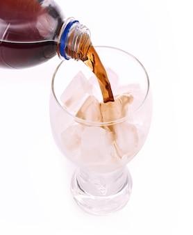 Refrigerantes à base de cola em copo branco