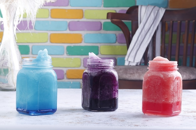 Refrigerantes com fundo colorido