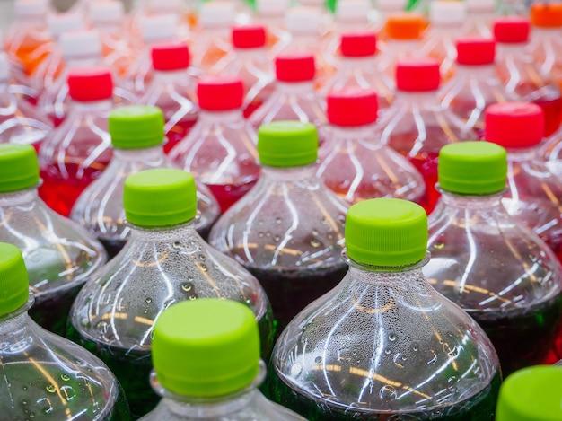 Refrigerantes em garrafas em supermercado