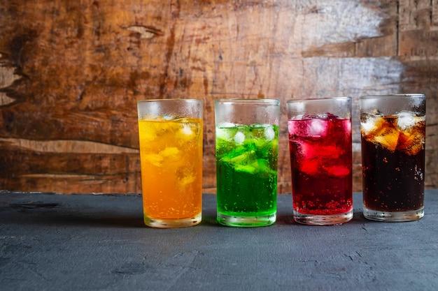 Refrigerantes no copo em cima da mesa