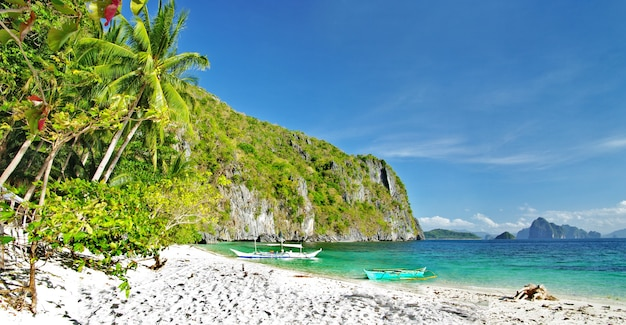 Refúgio tropical em palawan, nas ilhas de el nido. filipinas, praia dos sete comandos