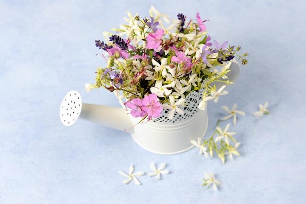 Regador com lindas flores