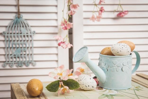 Regador com ovos de páscoa