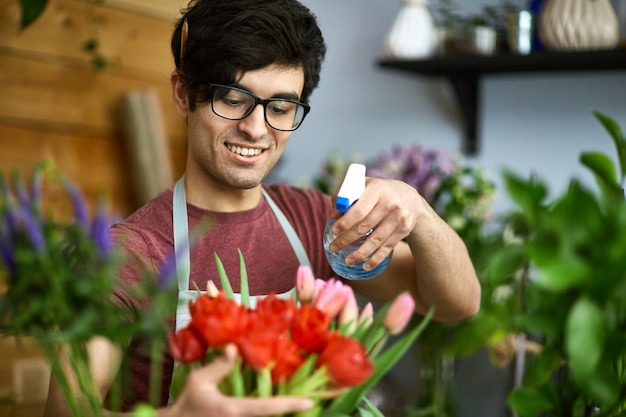 Regando tulipas