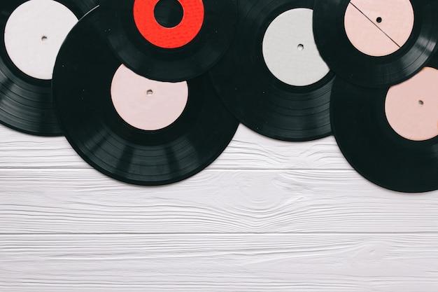Registros de música em fundo de madeira