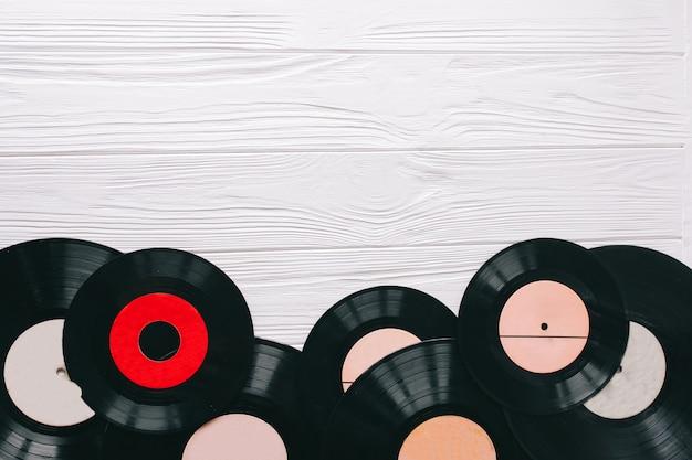 Registros de música em fundo de madeira Foto Premium