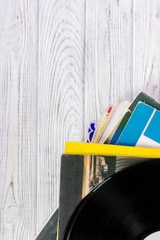 Registros de vinil pretos na tabela de madeira, foco seletivo com espaço da cópia. vista do topo