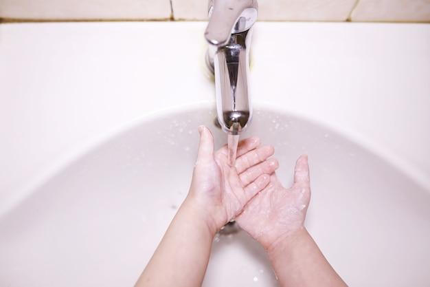 Regras de higiene. lavar as mãos antes das refeições. tratamento antibacteriano das mãos com sabonete. uma forma de prevenir a infecção por vírus. proteção contra o coronavírus.