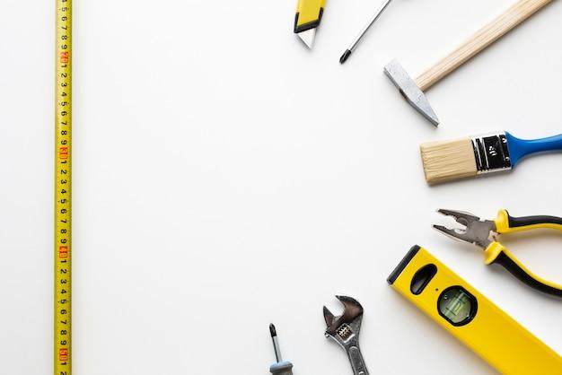 Régua e ferramentas de construção com espaço de cópia