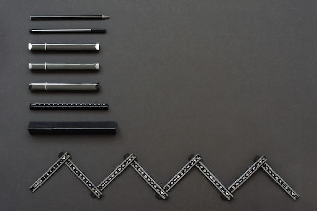 Régua e marcadores estão no espaço negro. lugar para texto