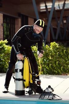Regulador de teste de mergulhador man antes do mergulho autônomo