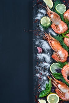 Rei camarão com especiarias e ervas: sal, alho, erva-doce, manjericão, limão, pimenta, limão.