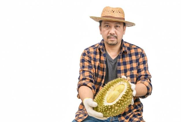 Rei das frutas na tailândia, fazendeiro asiático segurando mon thong durian isolado