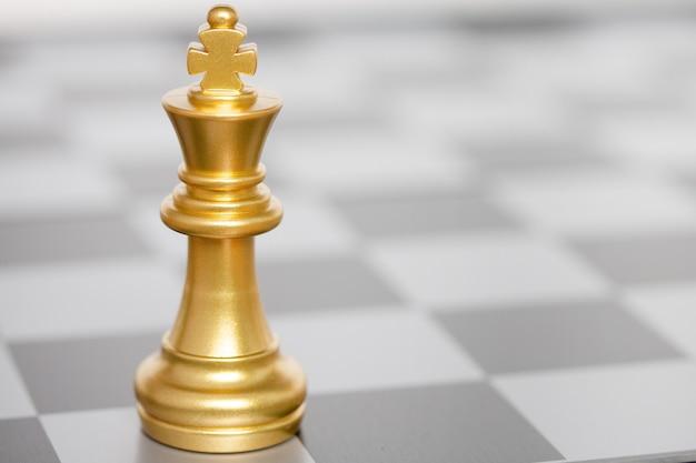 Rei das peças de xadrez em um tabuleiro de xadrez. conceito de estratégia, vitória empresarial.