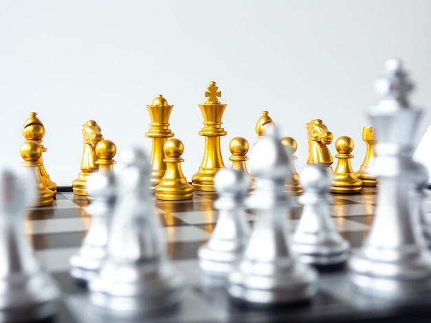 Rei de ouro peça de xadrez e o time de ouro no tabuleiro de xadrez