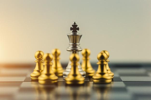 Rei de prata na vitória de negócios de xadrez ou decisão o caminho para o sucesso.