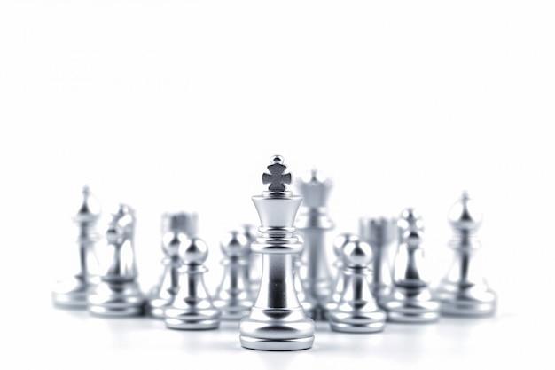 Rei de prata no jogo de xadrez com conceito para a estratégia da empresa.