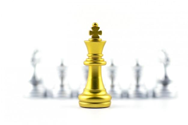 Rei do ouro no jogo de xadrez com conceito para a empresa.