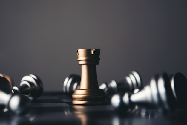 Rei e cavaleiro da xadrez setup no fundo escuro.